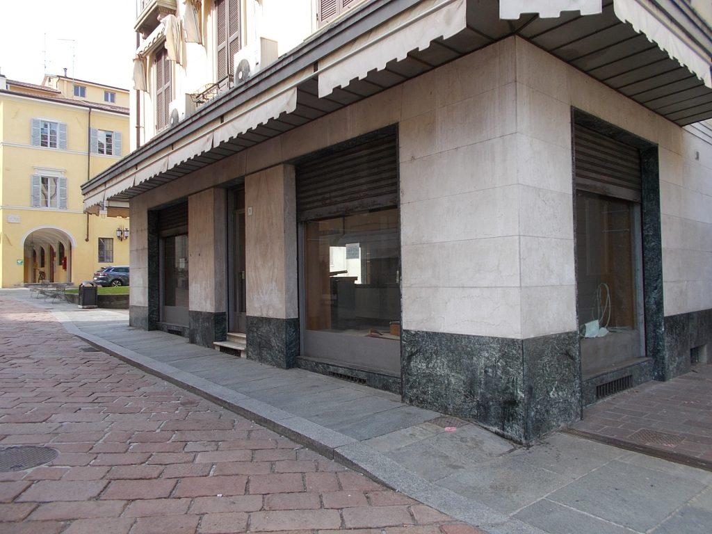Negozio grande con grandi vetrate vista Terme Berzieri